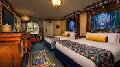 Camas reales, cabeceras altas y elaboradas, almohadas y cubrecamas decorativos, cómoda elegante y ventana con cortinas