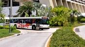 Un autobús blanco dobla en una carretera de Disney's Contemporary Resort