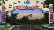 Une bannière identifie l'entrée du Walt Disney World Resort, où les rêves deviennent réalité.