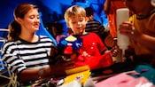 Femme avec 2petits garçons réalisant des bricolages