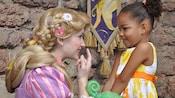 Rapunzel habla con una chica en Fairytale Garden cerca del Cinderella Castle en el Parque Temático Magic Kingdom
