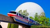 """O monotrilho passando por uma atração semelhante a uma esfera gigante chamada de """"Spaceship Earth"""""""