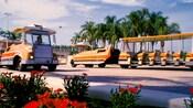 2 tranvías esperan pasajeros en el estacionamiento