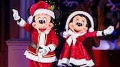 Mickey vestido como Santa Claus y Minnie vestida como la Sra.Claus
