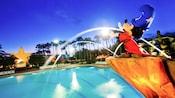 Estatua de Mickey el brujo parado sobre la Piscina Fantasía en Disney's All-Star Movies Resort