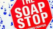 Panneau de buanderie en forme d'arrêt indiquant «The Soap Stop, Vending Center»
