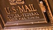 Frente de un buzón de bronce del Correo de EE.UU.