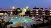 Vista ao entardecer da piscina Duck Pond, inspirada pelo filme da Disney Os Super Patos, com uma característica máscara de hóquei gigante em forma de bico de pato