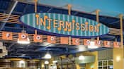 Un letrero vibrante exhibe series de notas musicales cerca de la entrada a la Intermission Food Court