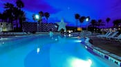 Piscina iluminada ao anoitecer no Disney's All-Star Sports Resort