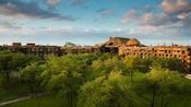 Las copas de los árboles y los techos de paja de Disney's Animal Kingdom Lodge al amanecer