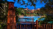 La piscine Uzima du Disney's Animal Kingdom Lodge, éclairée de nuit