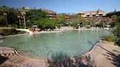 A Samawati Springs Pool no Disney's Animal Kingdom Lodge tem profundidade de entrada zero e tobogã aquático.