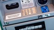 Um caixa eletrônico com uma placa que informa que a máquina oferece assistência em áudio para pessoas com necessidades auditivas especiais