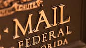 Close-up da frente de uma canaleta de bronze do U.S. Mail