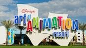 El colorido logotipo y exterior del edificio de Disney's Art of Animation Resort