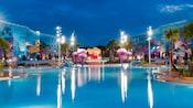 Une vue nocturne de la piscine Big Blue du Disney's Art of Animation avec une méduse géante