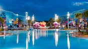 Vista nocturna de The Big Blue Pool en Disney's Art of Animation Pool que incluye medusas gigantes