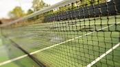 Gros plan sur le filet d'un terrain de tennis