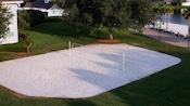 Vista aérea de uma quadra de vôlei de areias brancas