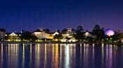Las luces nocturnas de Disney's Beach Club Resort tienen un brillo púrpura que les brinda Epcot's Spaceship Earth