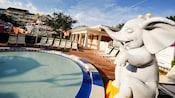 Primer plano de piscina con un elefante bebé en Disney's BoardWalk Inn
