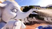 """Primer plano de un """"elefante"""" que rocía agua en la piscina de Disney's BoardWalk Villas"""