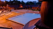 Piscine éclairée la nuit au Disney's Fort Wilderness Resort