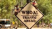 Un panneau routier avec Tic et Tac qui avertit les visiteurs de la circulation au Disney's Fort Wilderness Resort