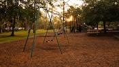 Balançoires sur un terrain de jeu des chalets du Disney's Fort Wilderness Resort
