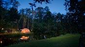 Terrain de camping au Disney's Fort Wilderness Resort, éclairé la nuit