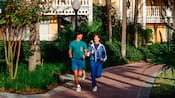 Un homme et une femme courant sur la piste de l'un des hôtels Disney
