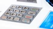Gros plan du clavier d'un guichet automatique
