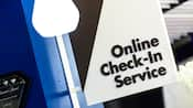 Panneau, dépassant d'un mur, indiquant : « Online Check-In Service »