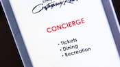 Letrero de 'Concierge, Tickets, Dining, Recreation' (Conserjería, boletos, comidas, recreación) en Disney's Contemporary Resort