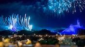 Des feux d'artifice explosent dans le ciel au-dessus de Space Mountain et de Cinderella Castle
