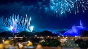 Fuegos artificiales estallan en el cielo sobre Space Mountain y Cinderella Castle
