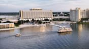 Vista panorámica del lago de Disney's Contemporary Resort y Bay Lake Tower