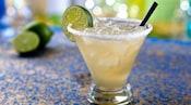 Margarita decorado con una rodaja de limón verde