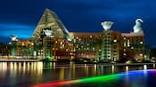 Vista de Walt Disney World Dolphin Hotel desde Crescent Lake a la noche