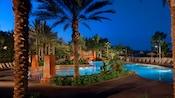 La piscine Uzima, nichée au cœur d'une végétation verdoyante au crépuscule