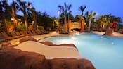Samawati Springs Pool en Kidani Village, iluminado después de que oscurece