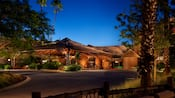 Une vue nocturne sur le bâtiment principal du Disney's Animal Kingdom Villas – Kidani Village