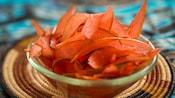 De minces tranches d'écorce de melon d'eau dans un bol