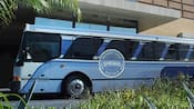 "Un autobús con un letrero que dice ""Disney Springs Resort Area Hotels"""