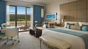 Una habitación de hotel con cama, sofá un balcón con vista a un campo de golf