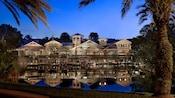 Le Disney'sOldKeyWestResort depuis l'autre rive, éclairé de nuit