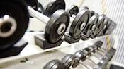 Primer plano de pesas libres en estantes apilados