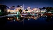 Vista de Disney's Old Key West Resort nocturna desde el otro lado del lago
