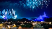 Fuegos artificiales estallan en el cielo sobre Cinderella Castle y Space Mountain